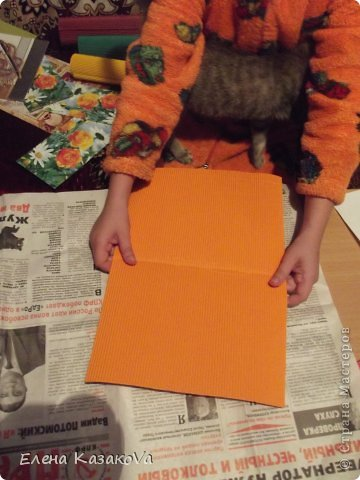 """Дебютничаем))) Во-о-от...Решил мой девятилетний детюшик поздравить учтельницу любимую))) И появился у нас первый опыт в...ну уж не знаю, к какой технике отнести Ксюшину открытку, но в реалии получилось довольно мило..для первого-то раза))) Фотоаппарат бессовестный правда нас вчера """"кинул""""..пришлось на телефон снимать, так что качество изображения не совсем """"айс"""". Мама , то бишь я, подбрасывала идейки, а Ксюшка добросовестно их воплощала))) фото 4"""