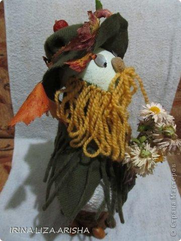 Лесовичек сделан из материала,ниток, украшен сухими листьями, желудями, цветами. Внутри его вставлена бутылочка пол-литра с водой(для устойчивости). фото 2