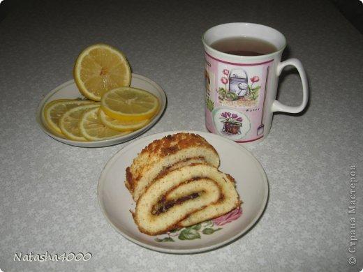 Делаем этот рулет очень-очень давно. Очень нравится, тесто получается нежное да еще кисленькая начинка, очень хорошее угощение к чаю, а главное быстрое.  фото 1