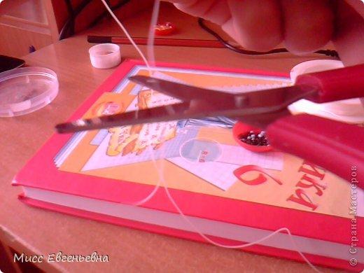 Привет всем гостям моего блога!Я опубликовала свою первую поделку,так что, тапочками не кидаться!!Представляю вам изготовление браслета из бисера! Нам нужно: Эластичная нить,бисер(любого цвета),ножницы,ваша рука.:-)  фото 3
