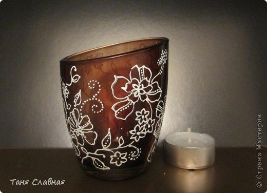 У меня были три стеклянные формы: подсвечник, вазочка и банка из-под кофе.  Украсила их с помощью красок и контуров. По порядку: фото 15