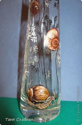У меня были три стеклянные формы: подсвечник, вазочка и банка из-под кофе.  Украсила их с помощью красок и контуров. По порядку: фото 10