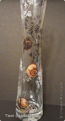 У меня были три стеклянные формы: подсвечник, вазочка и банка из-под кофе.  Украсила их с помощью красок и контуров. По порядку: фото 11
