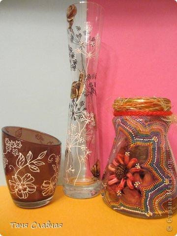 У меня были три стеклянные формы: подсвечник, вазочка и банка из-под кофе.  Украсила их с помощью красок и контуров. По порядку: фото 1