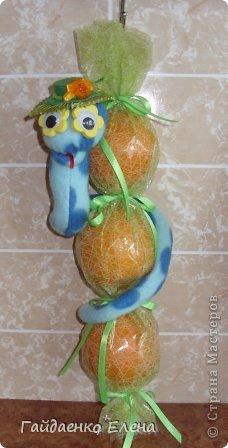 """После лимонных презентиков посетило меня цитрусовое вдохновение. Вот """"апельсиновый результат"""". 5 подарков: - апельсиновая подвеска - апельсиновая конфетка - цитрусовая змейка - весёлый шарик - новогодний витамин Почти все эти подарочки можно использовать в композициях сконфетами. фото 11"""