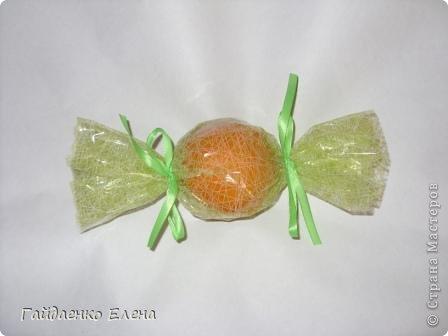 """После лимонных презентиков посетило меня цитрусовое вдохновение. Вот """"апельсиновый результат"""". 5 подарков: - апельсиновая подвеска - апельсиновая конфетка - цитрусовая змейка - весёлый шарик - новогодний витамин Почти все эти подарочки можно использовать в композициях сконфетами. фото 12"""
