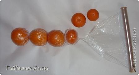 """После лимонных презентиков посетило меня цитрусовое вдохновение. Вот """"апельсиновый результат"""". 5 подарков: - апельсиновая подвеска - апельсиновая конфетка - цитрусовая змейка - весёлый шарик - новогодний витамин Почти все эти подарочки можно использовать в композициях сконфетами. фото 15"""