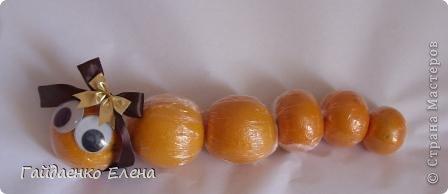 """После лимонных презентиков посетило меня цитрусовое вдохновение. Вот """"апельсиновый результат"""". 5 подарков: - апельсиновая подвеска - апельсиновая конфетка - цитрусовая змейка - весёлый шарик - новогодний витамин Почти все эти подарочки можно использовать в композициях сконфетами. фото 18"""