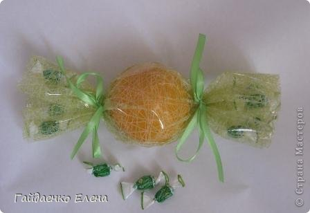 """После лимонных презентиков посетило меня цитрусовое вдохновение. Вот """"апельсиновый результат"""". 5 подарков: - апельсиновая подвеска - апельсиновая конфетка - цитрусовая змейка - весёлый шарик - новогодний витамин Почти все эти подарочки можно использовать в композициях сконфетами. фото 13"""