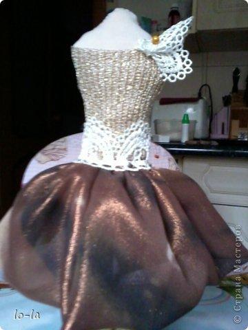 решила попробовать сделать такую вот куколку из подручных материалов. подставка из перевёрнутого пластикового стаканчика из-под йогурта, обклееный салфеткой фото 2