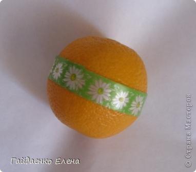 """После лимонных презентиков посетило меня цитрусовое вдохновение. Вот """"апельсиновый результат"""". 5 подарков: - апельсиновая подвеска - апельсиновая конфетка - цитрусовая змейка - весёлый шарик - новогодний витамин Почти все эти подарочки можно использовать в композициях сконфетами. фото 20"""