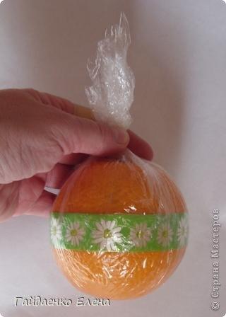 """После лимонных презентиков посетило меня цитрусовое вдохновение. Вот """"апельсиновый результат"""". 5 подарков: - апельсиновая подвеска - апельсиновая конфетка - цитрусовая змейка - весёлый шарик - новогодний витамин Почти все эти подарочки можно использовать в композициях сконфетами. фото 22"""