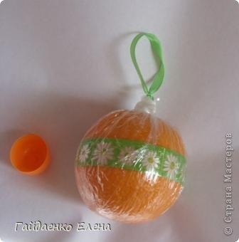 """После лимонных презентиков посетило меня цитрусовое вдохновение. Вот """"апельсиновый результат"""". 5 подарков: - апельсиновая подвеска - апельсиновая конфетка - цитрусовая змейка - весёлый шарик - новогодний витамин Почти все эти подарочки можно использовать в композициях сконфетами. фото 23"""