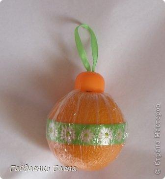 """После лимонных презентиков посетило меня цитрусовое вдохновение. Вот """"апельсиновый результат"""". 5 подарков: - апельсиновая подвеска - апельсиновая конфетка - цитрусовая змейка - весёлый шарик - новогодний витамин Почти все эти подарочки можно использовать в композициях сконфетами. фото 25"""