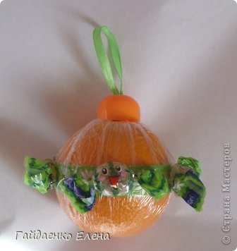 """После лимонных презентиков посетило меня цитрусовое вдохновение. Вот """"апельсиновый результат"""". 5 подарков: - апельсиновая подвеска - апельсиновая конфетка - цитрусовая змейка - весёлый шарик - новогодний витамин Почти все эти подарочки можно использовать в композициях сконфетами. фото 26"""