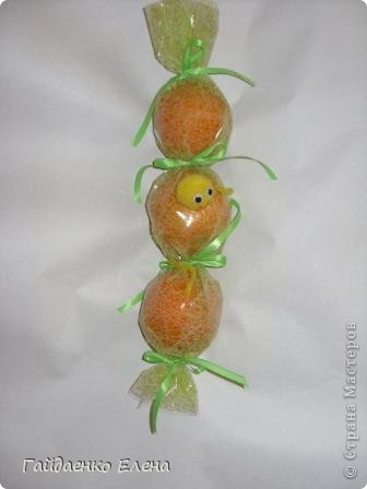 """После лимонных презентиков посетило меня цитрусовое вдохновение. Вот """"апельсиновый результат"""". 5 подарков: - апельсиновая подвеска - апельсиновая конфетка - цитрусовая змейка - весёлый шарик - новогодний витамин Почти все эти подарочки можно использовать в композициях сконфетами. фото 9"""