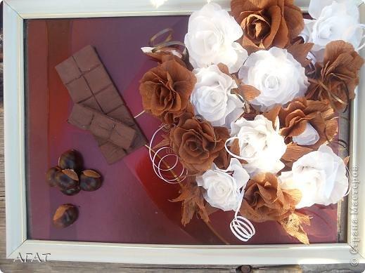 Всем жителям Страны - добрый вечер! Представляю вам свою очередную поделку , которую назвала Шоколадной фантазией. Белые и темные розы символизируют  белый и черный шоколад. Шоколадка на картине- это картон обклеенный салфеткой и раскрашенный гуашью. Конфетки - половинки  плодов каштана. Фоном послужила  крышка от коробки конфет.   фото 6