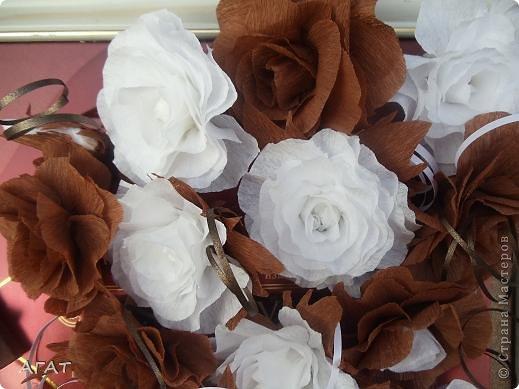 Всем жителям Страны - добрый вечер! Представляю вам свою очередную поделку , которую назвала Шоколадной фантазией. Белые и темные розы символизируют  белый и черный шоколад. Шоколадка на картине- это картон обклеенный салфеткой и раскрашенный гуашью. Конфетки - половинки  плодов каштана. Фоном послужила  крышка от коробки конфет.   фото 2