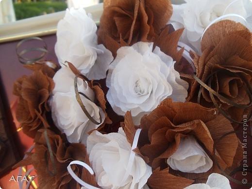 Всем жителям Страны - добрый вечер! Представляю вам свою очередную поделку , которую назвала Шоколадной фантазией. Белые и темные розы символизируют  белый и черный шоколад. Шоколадка на картине- это картон обклеенный салфеткой и раскрашенный гуашью. Конфетки - половинки  плодов каштана. Фоном послужила  крышка от коробки конфет.   фото 4