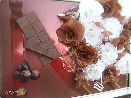 Всем жителям Страны - добрый вечер! Представляю вам свою очередную поделку , которую назвала Шоколадной фантазией. Белые и темные розы символизируют  белый и черный шоколад. Шоколадка на картине- это картон обклеенный салфеткой и раскрашенный гуашью. Конфетки - половинки  плодов каштана. Фоном послужила  крышка от коробки конфет.   фото 5