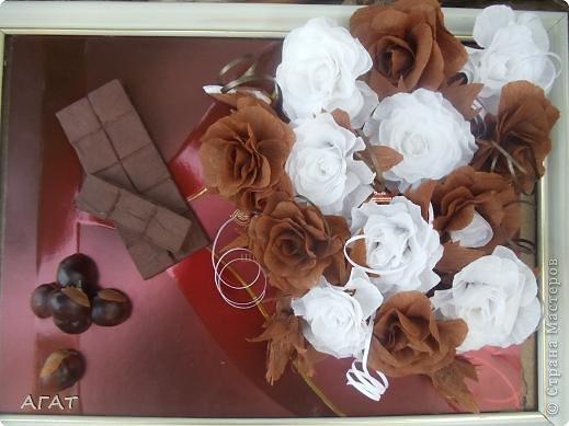 Всем жителям Страны - добрый вечер! Представляю вам свою очередную поделку , которую назвала Шоколадной фантазией. Белые и темные розы символизируют  белый и черный шоколад. Шоколадка на картине- это картон обклеенный салфеткой и раскрашенный гуашью. Конфетки - половинки  плодов каштана. Фоном послужила  крышка от коробки конфет.   фото 1