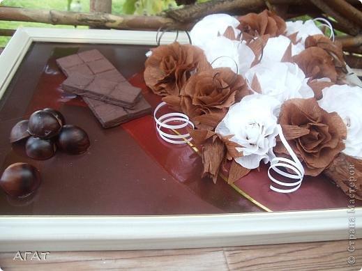Всем жителям Страны - добрый вечер! Представляю вам свою очередную поделку , которую назвала Шоколадной фантазией. Белые и темные розы символизируют  белый и черный шоколад. Шоколадка на картине- это картон обклеенный салфеткой и раскрашенный гуашью. Конфетки - половинки  плодов каштана. Фоном послужила  крышка от коробки конфет.   фото 3