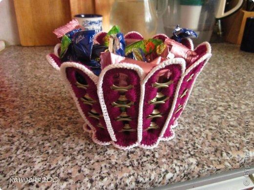 На просторах интернета (правда, хоть убейте не помню где) увидела из консервных колечек-открывашек кашпо для домашнего цветка, и решила сделать конфетницу, т.к. очень уж мы любим чаёк с вкусными конфетками. Выкладываю свой МК на ваш суд. фото 1