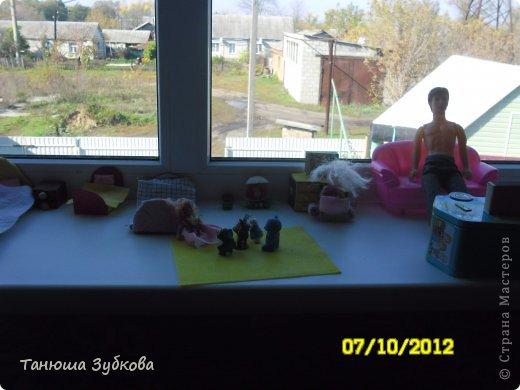 Кукольный домик на окне фото 1