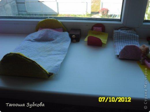 Кукольный домик на окне фото 6