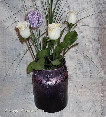 Попросили меня сделать из старой 3-х литровой банки вазу. Долго ломала голову как ее оформить, широкое горло очень хотелось спрятать. И вот что получилось: