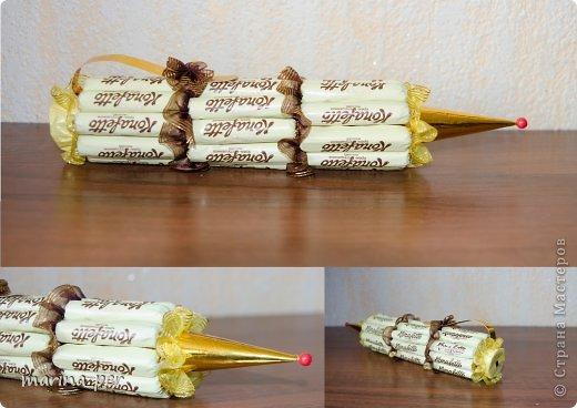 В этом году решила попробовать себя в новом творческом  направлении:) Подарки из конфет и шоколада делались  мною впервые.  Учителям, по-моему, понравилось:)))  Шоколадная парта. Ушло 40 маленьких шоколадок:) фото 2