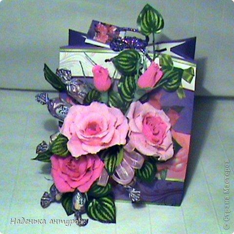 Оформила на этот раз подарочный пакет. Спасибо за идею и советы Deydre с Осинки! Внутри пакета кусочек пеноплэкса. В пакете вырезы-окошечки. И прям через эти окошечки в пеноплэкс втыкала розы. После снаружи окошечки задекоррировала листиками, а внутри приклеела бумагу, которая прикрыла пеноплекс и вырезы. фото 1