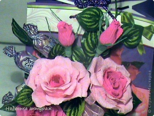 Оформила на этот раз подарочный пакет. Спасибо за идею и советы Deydre с Осинки! Внутри пакета кусочек пеноплэкса. В пакете вырезы-окошечки. И прям через эти окошечки в пеноплэкс втыкала розы. После снаружи окошечки задекоррировала листиками, а внутри приклеела бумагу, которая прикрыла пеноплекс и вырезы. фото 2