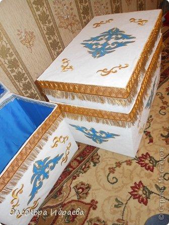 """Проводы девушки - кыз узату - важный этап казахской свадьбы. Сваты в количестве 5-7 человек (нечетное число), а то и больше приезжали за невестой. Среди них был """"бас куда"""" - главный сват и кудалар - сваты и друг жениха. Сваты обычно прибывали вечером. С этого момента начинался той с играми, песнями, танцами, дарились подарки. В этот день близике родственники девушки официально приглашали сватов в гости. Девушку по обычаю свадьбы у казахов отправляли вместе со сватами рано утром, с восходом солнца.  Жених, приезжая за невестой, согласно традиции свадьбы у казахов, приводил той малы, то есть скот для свадьбы: лошадей, коров или баранов. Скот резали для пира на этой свадьбе. Также привозили дорогие ткани, вещи, фрукты, сахар, чай. Вот и здесь идея, куда положить этих подарков. Со временем все меняется. Наши предки их ложили в коржын. Брат подруги собирается сватовать невесту по каз.традиции. И заказали мне сделать коржын как всегда необычным))))). И я придумала вот такой вариант.  фото 3"""