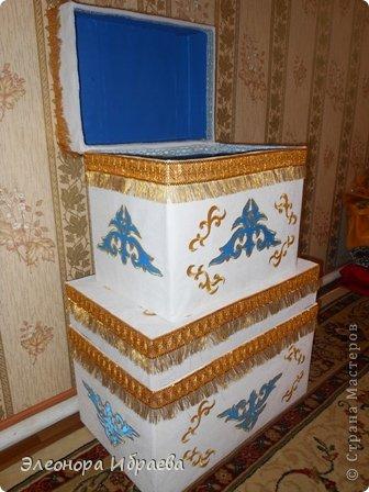 """Проводы девушки - кыз узату - важный этап казахской свадьбы. Сваты в количестве 5-7 человек (нечетное число), а то и больше приезжали за невестой. Среди них был """"бас куда"""" - главный сват и кудалар - сваты и друг жениха. Сваты обычно прибывали вечером. С этого момента начинался той с играми, песнями, танцами, дарились подарки. В этот день близике родственники девушки официально приглашали сватов в гости. Девушку по обычаю свадьбы у казахов отправляли вместе со сватами рано утром, с восходом солнца.  Жених, приезжая за невестой, согласно традиции свадьбы у казахов, приводил той малы, то есть скот для свадьбы: лошадей, коров или баранов. Скот резали для пира на этой свадьбе. Также привозили дорогие ткани, вещи, фрукты, сахар, чай. Вот и здесь идея, куда положить этих подарков. Со временем все меняется. Наши предки их ложили в коржын. Брат подруги собирается сватовать невесту по каз.традиции. И заказали мне сделать коржын как всегда необычным))))). И я придумала вот такой вариант.  фото 1"""