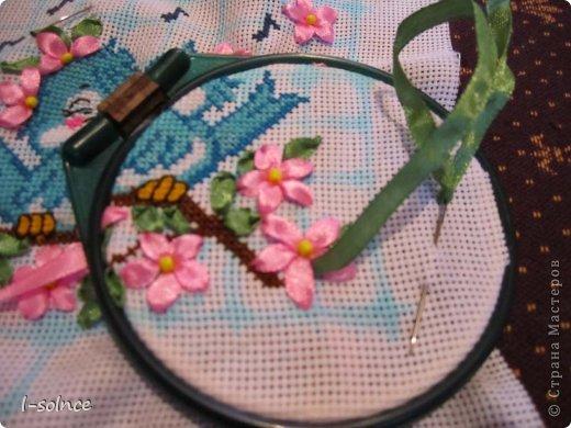 Давно задумала скомбинировать вышивку крестиком и лентами - и вот перед вами первый мой опыт. Для работы выбрала схемку с птичками - не смогла устоять перед такими симпатягами! фото 5