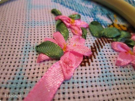 Давно задумала скомбинировать вышивку крестиком и лентами - и вот перед вами первый мой опыт. Для работы выбрала схемку с птичками - не смогла устоять перед такими симпатягами! фото 6