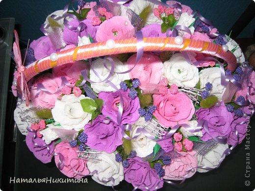 Вот такую корзину цветов с конфетками я приготовила в подарок маме на день рождения. Это моя первая большая работа в этой технике. Очень надеюсь, что у меня получилось и ей понравится... Использовала 4 цвета бумаги, органзу, сетку. фото 7