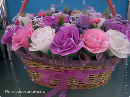 Вот такую корзину цветов с конфетками я приготовила в подарок маме на день рождения. Это моя первая большая работа в этой технике. Очень надеюсь, что у меня получилось и ей понравится... Использовала 4 цвета бумаги, органзу, сетку. фото 4