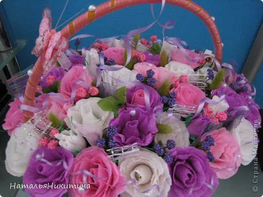 Вот такую корзину цветов с конфетками я приготовила в подарок маме на день рождения. Это моя первая большая работа в этой технике. Очень надеюсь, что у меня получилось и ей понравится... Использовала 4 цвета бумаги, органзу, сетку. фото 5