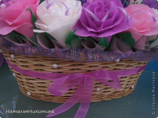 Вот такую корзину цветов с конфетками я приготовила в подарок маме на день рождения. Это моя первая большая работа в этой технике. Очень надеюсь, что у меня получилось и ей понравится... Использовала 4 цвета бумаги, органзу, сетку. фото 6