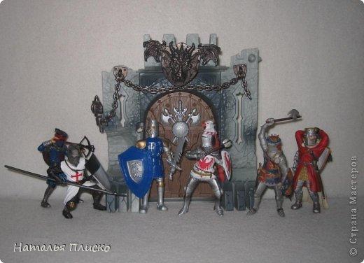 """Когда Маша (Бригантина) объявила этот конкурс (http://stranamasterov.ru/node/372481), мы с Егоркой сразу же решили принять в нём участие, ведь рыцари и средневековье - наша любимая тема... На этой фотографии в центре моя работа и часть Егоркиной коллекции """"рыцарских"""" игрушек... фото 11"""