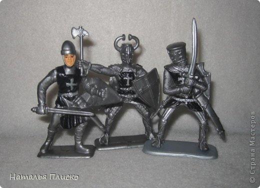 """Когда Маша (Бригантина) объявила этот конкурс (http://stranamasterov.ru/node/372481), мы с Егоркой сразу же решили принять в нём участие, ведь рыцари и средневековье - наша любимая тема... На этой фотографии в центре моя работа и часть Егоркиной коллекции """"рыцарских"""" игрушек... фото 14"""