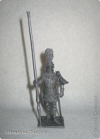 """Когда Маша (Бригантина) объявила этот конкурс (http://stranamasterov.ru/node/372481), мы с Егоркой сразу же решили принять в нём участие, ведь рыцари и средневековье - наша любимая тема... На этой фотографии в центре моя работа и часть Егоркиной коллекции """"рыцарских"""" игрушек... фото 20"""
