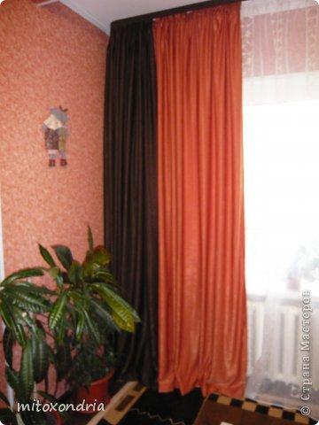 Сшила для зала новые шторы. Для их изготовления мне понадобилось по 6 метров шторной ткани оранжевого и шоколадного цвета и 5 метров органзы. Коричневые шторы так же можно задернуть полностью, получается очень темно, это я к полярному дню готовлюсь :))))) фото 3
