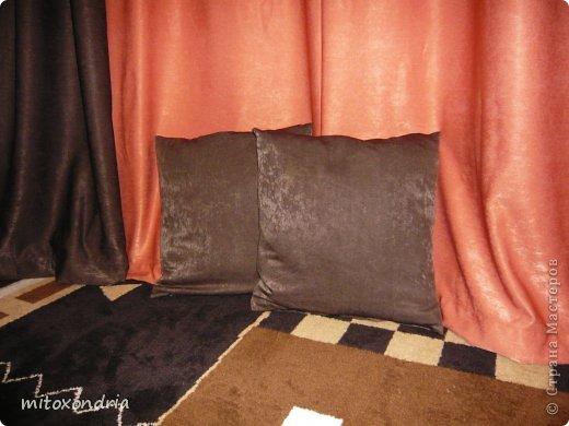 Сшила для зала новые шторы. Для их изготовления мне понадобилось по 6 метров шторной ткани оранжевого и шоколадного цвета и 5 метров органзы. Коричневые шторы так же можно задернуть полностью, получается очень темно, это я к полярному дню готовлюсь :))))) фото 2