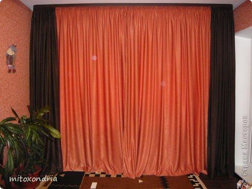 Сшила для зала новые шторы. Для их изготовления мне понадобилось по 6 метров шторной ткани оранжевого и шоколадного цвета и 5 метров органзы. Коричневые шторы так же можно задернуть полностью, получается очень темно, это я к полярному дню готовлюсь :))))) фото 1