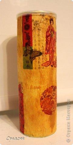 Для получения неровной поверхности баночка из под чипсов была обклеена туалетной бумагой. Далее покрашена простой акриловой краской, задекорирована фрагментами салфетки и покрыта лаком. фото 1