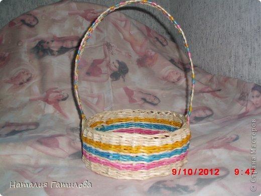 Впервые плела заранее покрашенными трубочками. Красила: розовый - колер+вода; голубой - гуашь+вода; жёлтый - краска для яиц. Все цвета немного красили руки, может быть чего-то не добавила? Подскажите. фото 1