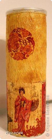 Для получения неровной поверхности баночка из под чипсов была обклеена туалетной бумагой. Далее покрашена простой акриловой краской, задекорирована фрагментами салфетки и покрыта лаком. фото 2